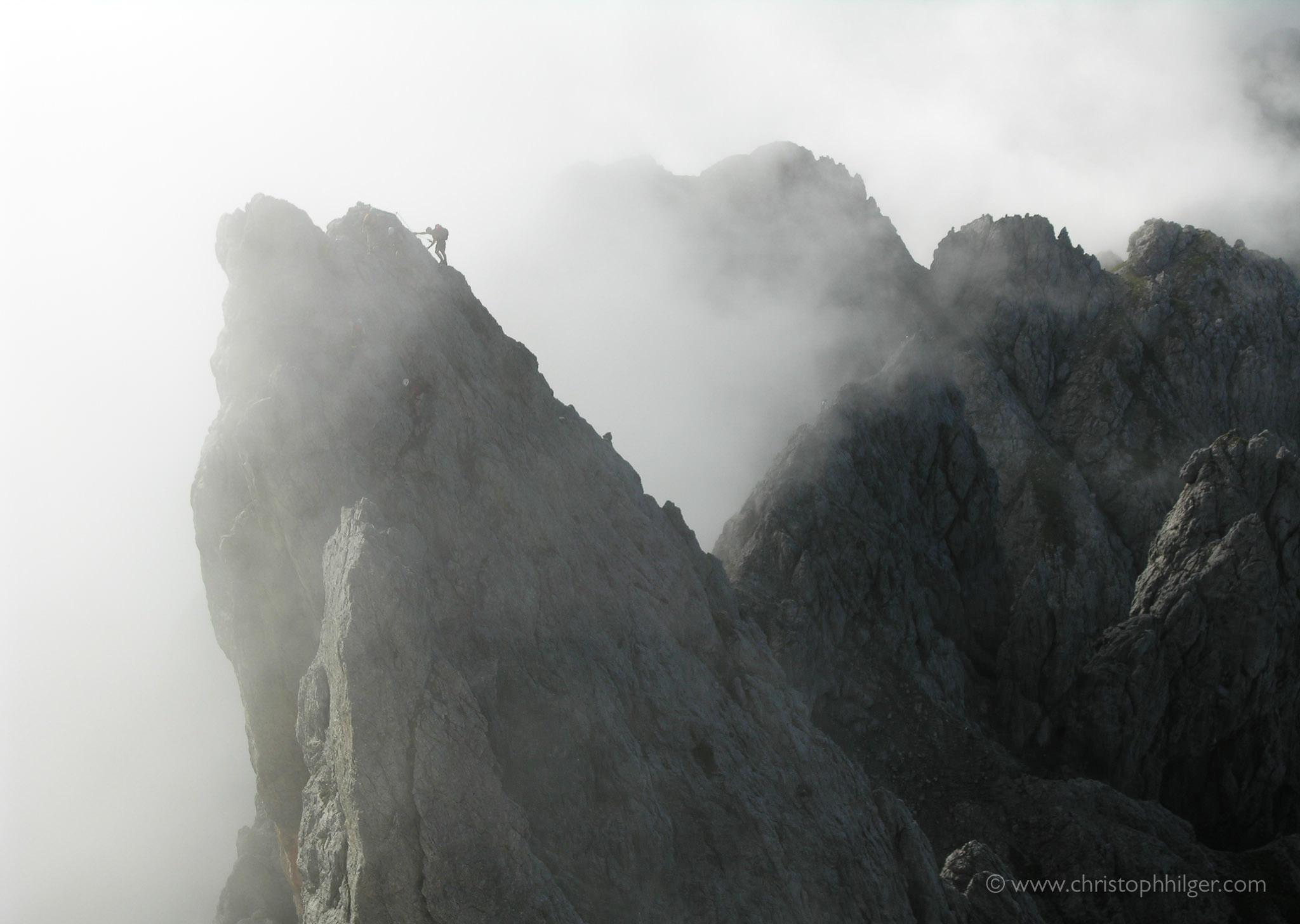 Bergsteiger im Nebel am Königsjodler-Klettersteig, Österreich
