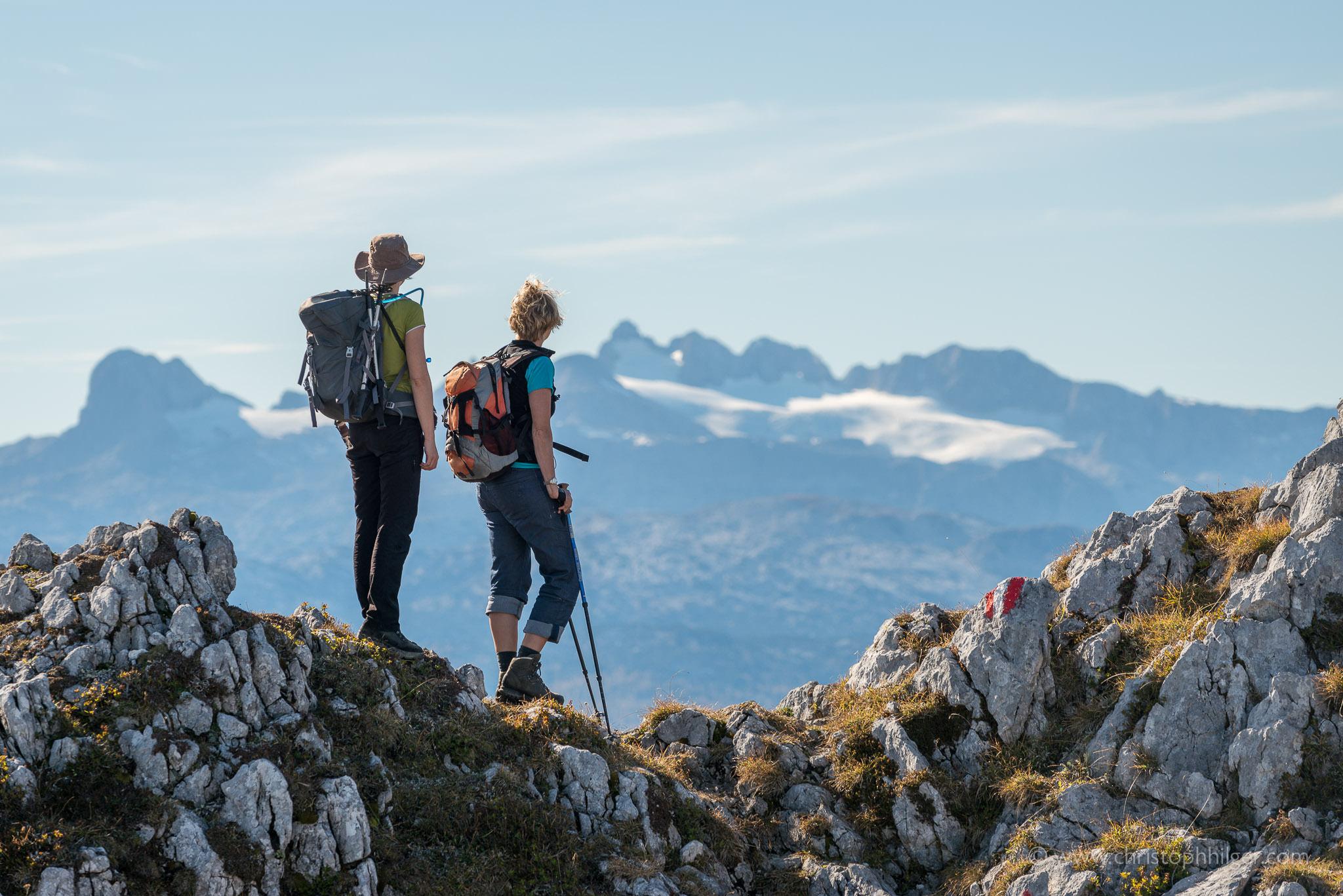 Zwei Bergsteigerinnen genießen die Aussicht auf dem Traweng, Österreich