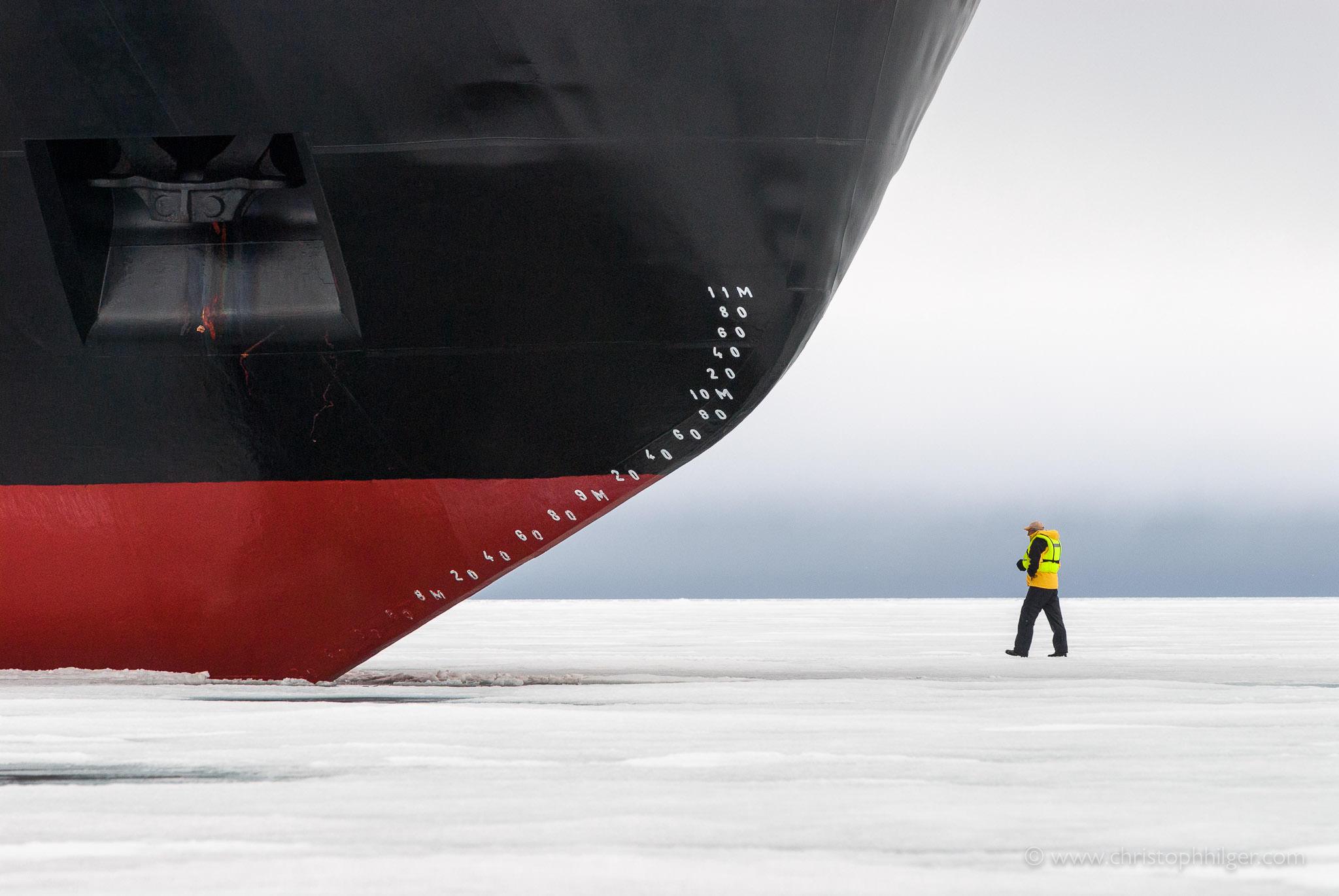 Mensch vor Bug von Eisbrecher in Franz Josef Land