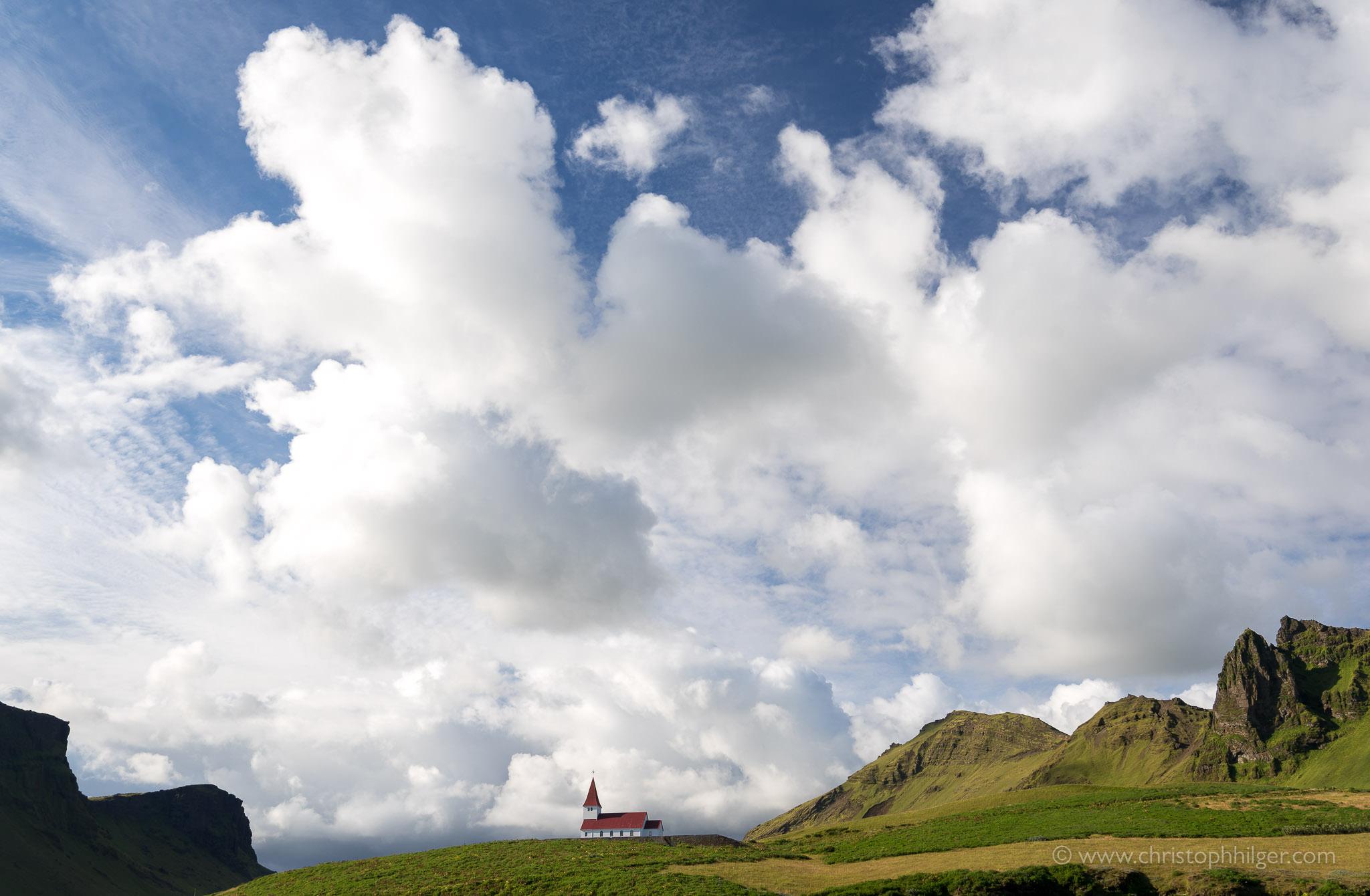 Dramatische Wolkenstimmung über der Kirche von Vik im Süden von Island