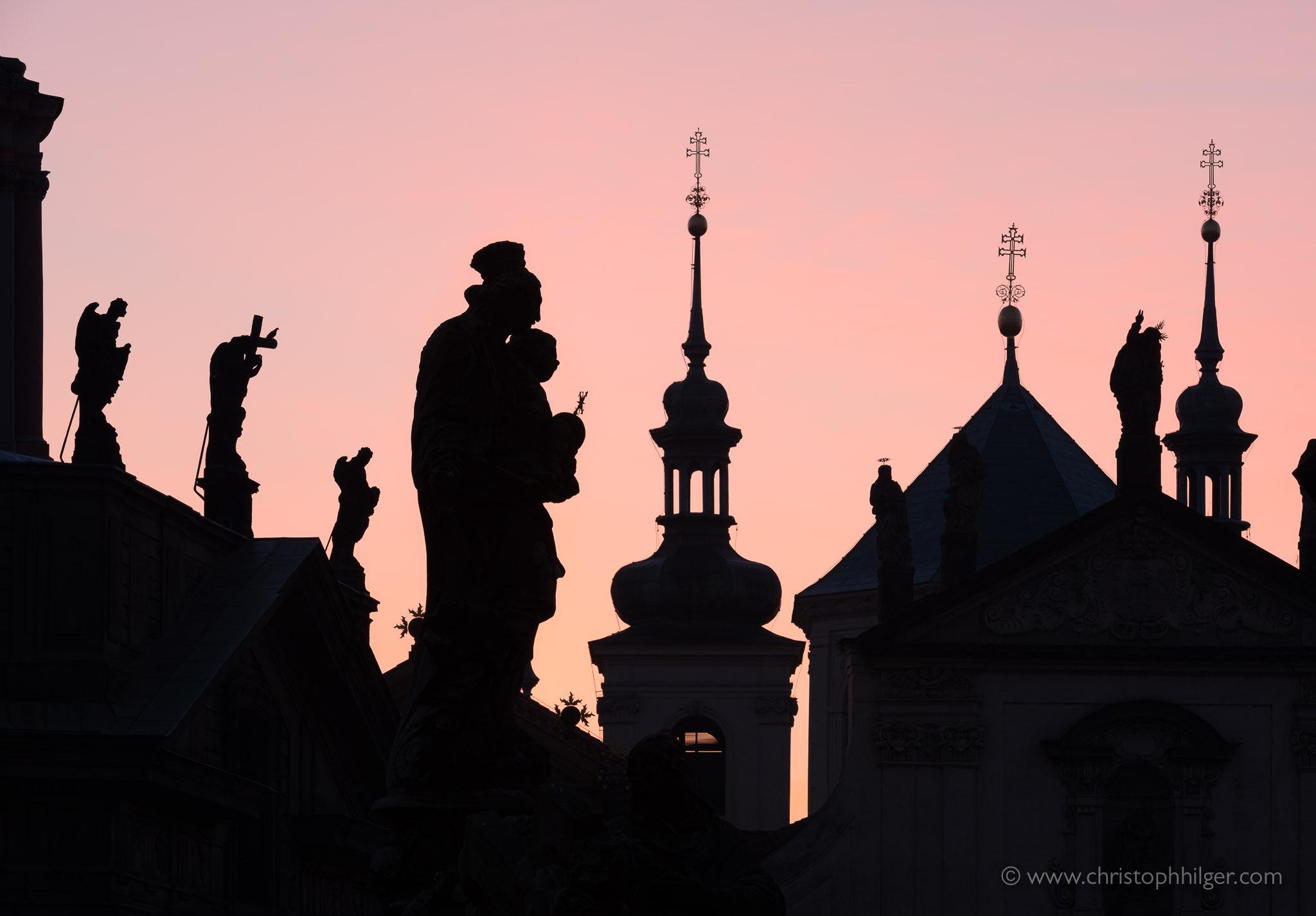 Silhouetten von Türmen und Figuren auf der Karlsbrücke in Prag, Tschechien